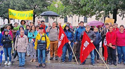 Auch eine Gruppe aus Passau hat sich am Wochenende in München an den Protesten gegen die geplanten Freihandelsabkommen mit den USA und Kanada beteiligt. ? Foto: privat