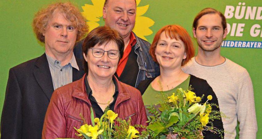 Die niederbayerischen Grünen haben ihre Landtags- und Bezirkstagsliste aufgestellt: Von links Markus Scheuermann (Spitzenkandidat Bezirk), Rosi Steinberger (Spitzenkandidatin Landtag), MdB Erhard Grundl, Mia Goller (Spitzenkandidatin Bezirk) und Toni Schuberl (Spitzenkandidat Landtag)